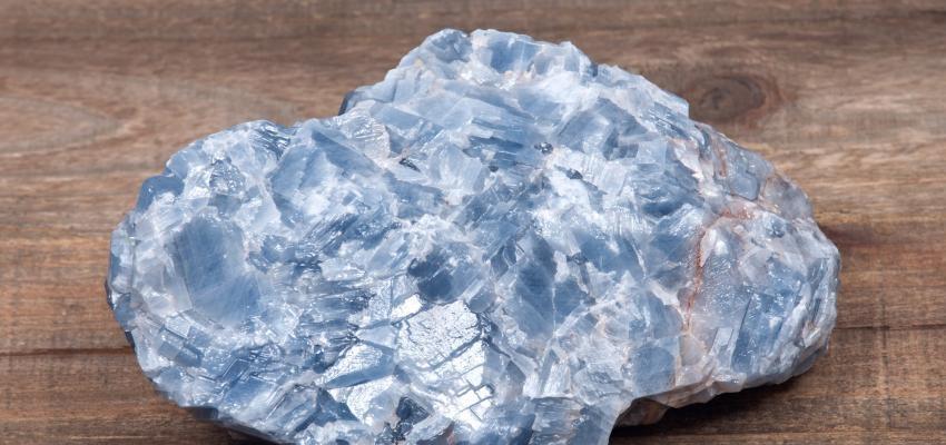 Cianita, la piedra que conecta con la memoria del alma