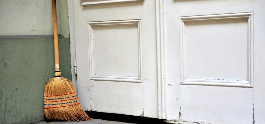 El ritual de la escoba detrás de la puerta