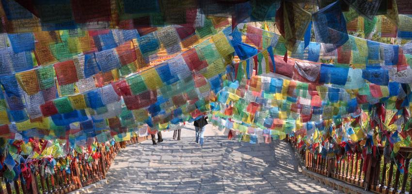 Conoce el poder de las banderas tibetanas de oración