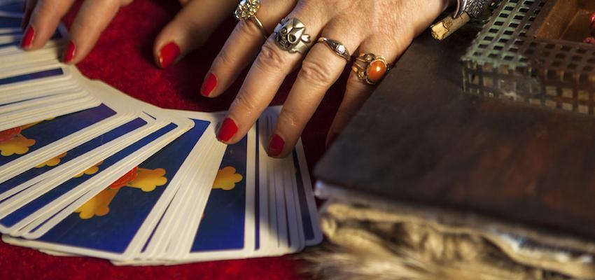 Usos del tarot poco comunes: autoconocimiento y amuletos