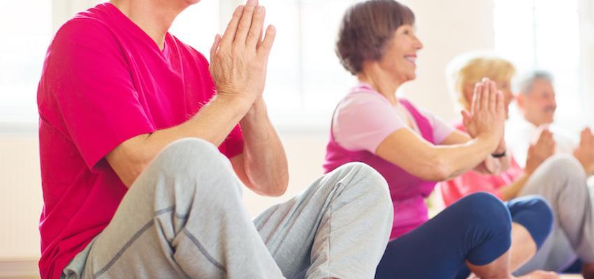 ¿Pueden practicar yoga las personas de la tercera edad?