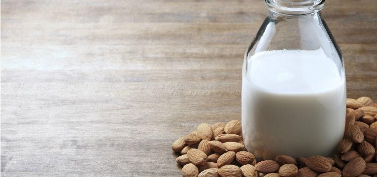 Beneficios de tomar leche de almendras