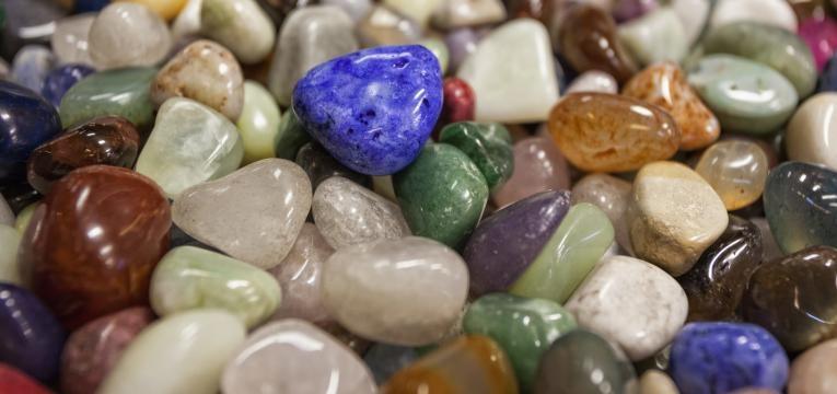 Recargar energías de los cristales con la tierra