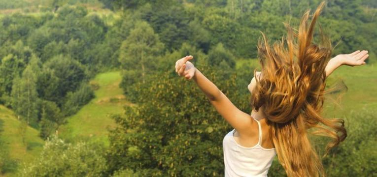 Cuando vives en Gratitud, reconociendo el milagro de la vida, manifestándose en ti en el momento presente, expandes tu conciencia y dejas a un lado los pensamientos negativos, carencias y limitaciones.