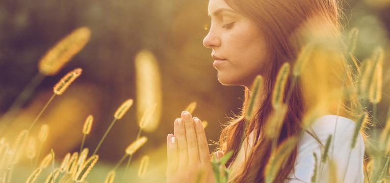 Impregna el saquito para atraer riquezas de energía divina