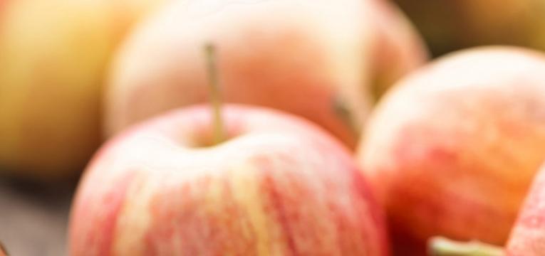 Ritual de limpieza energética con manzana de un medio ambiente físico